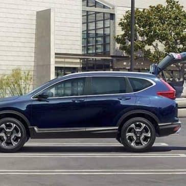 Couple-Loading-Cough-into-2019-Honda-CR-V