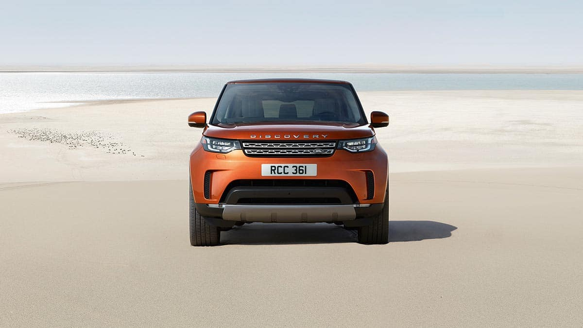 Front End View of 2018 Land Rover Discovery